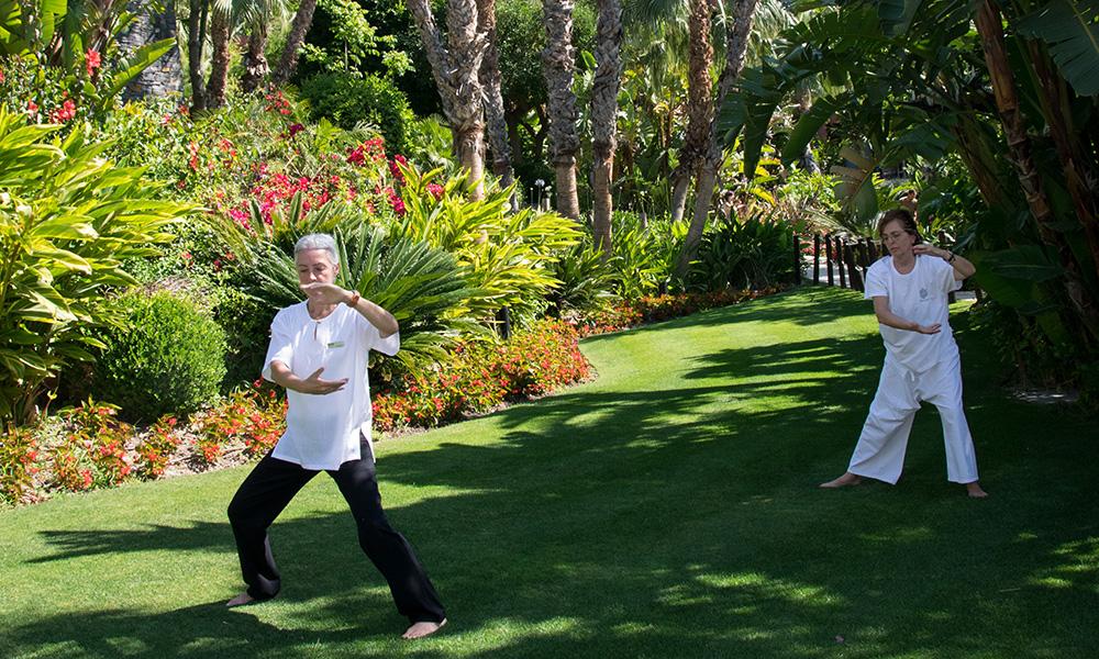 Asia Gardens tilbyr flere gruppetimer til gjestene sine. Her lærer Begona Banó hotellgjest Remedios Gabaldon Tai Chi. Foto: Mari Bareksten