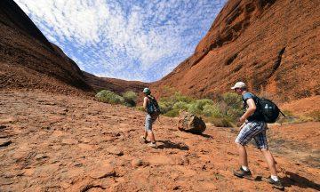 Uluru er kanskje mer kjent, men Kata Kjuta er finere. Gå for all del en tur inne i det fascinerende, røde fjellet. Foto: Mari Bareksten
