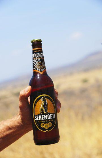 Det smaker godt med en kald, lokal øl etter en dag med dyremøter og spennende inntrykk. Foto: Ronny Frimann
