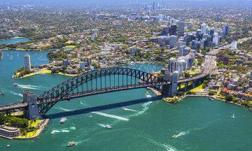 Sydney Harbour Bridge er et av byens mest ikoniske byggverk, sammen med det verdenskjente operahuset. Foto: Destination NSW