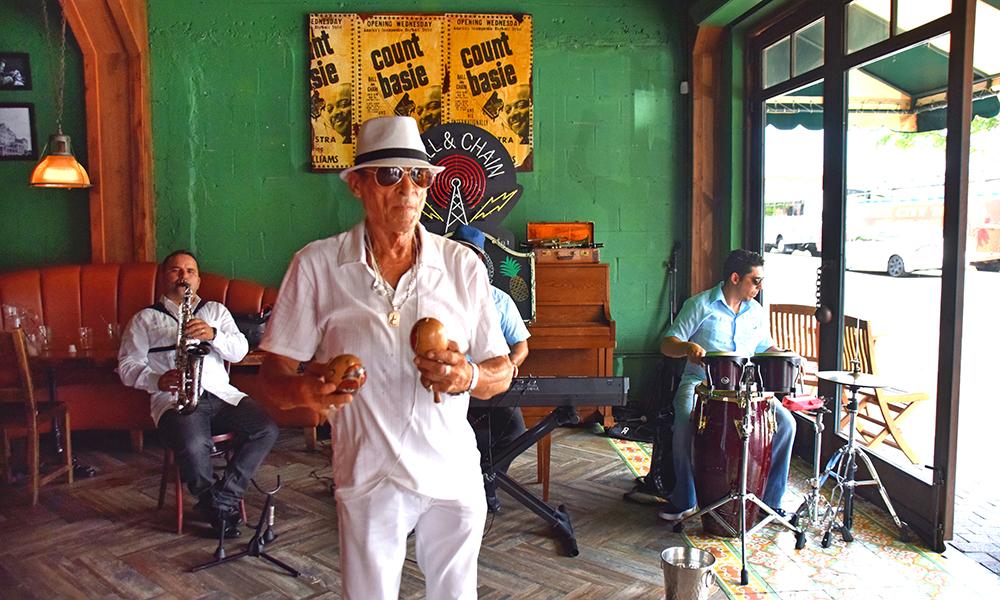 På Ball & Chain legger musikeren Larry Horestes gjerne fra seg sine maracaser, og byr deg opp til dans. Foto: Mari Bareksten