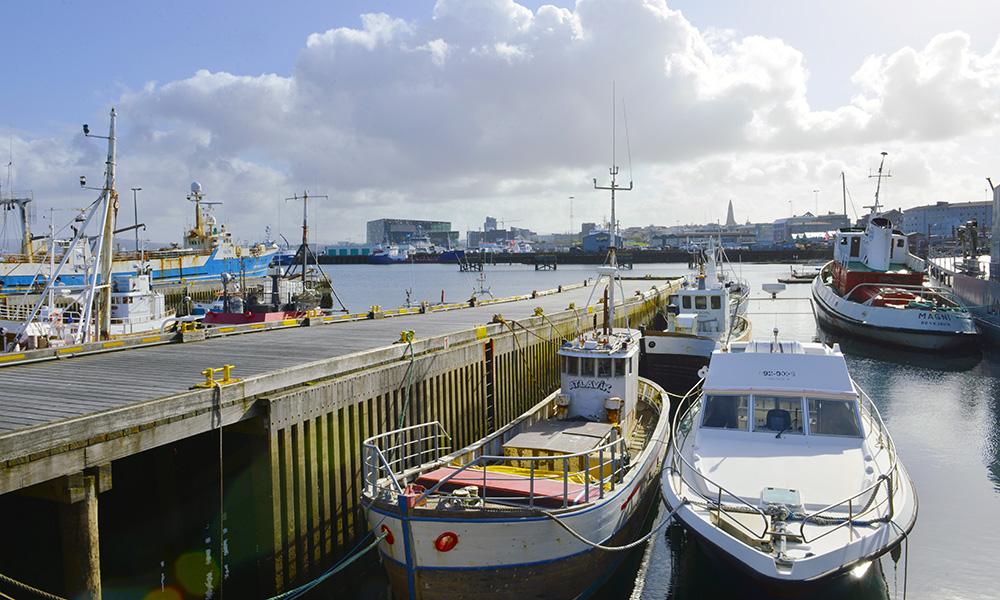 For noen år siden ble fiskerhavna flyttet ut fra byen, nå er Fishpacking district et trendstrøk. Men noen har fortsatt båten liggende. Foto: Gjermund Glesnes