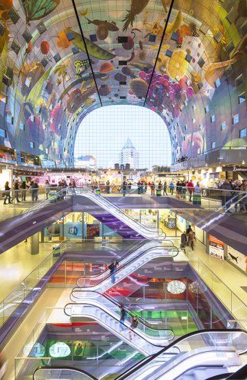 I taket i Rotterdams nye markedshall finner man et av verdens største kunstverk. Det gigantiske maleriet som symboliserer et overflødighetshorn måler rundt 11 000 kvadratmeter og er designet av Arno Coenen. Foto: Ossip Van Duivenbode/ Rotterdam Info C. Architect: MVRDV