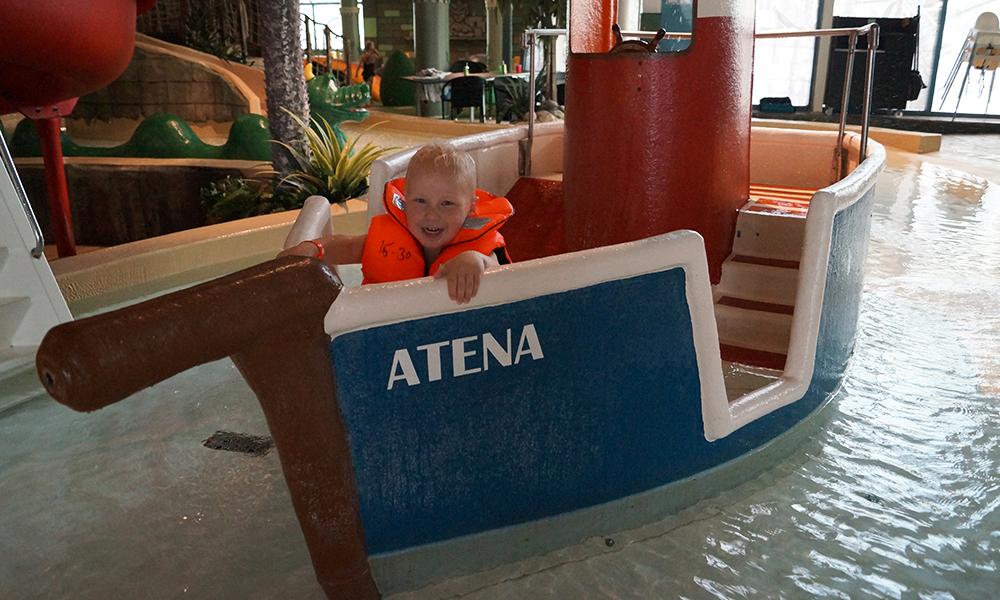 Tut og kjør! Fillip August (3) likte godt båtene i badelandet Lost City. Foto: Trude Grande Fjellbirkeland