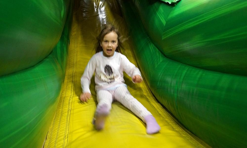 Emma Oline (6) i farta i en av mange sklier i Lek- och buslandet. Dette var gøy! Foto: Trude Grande Fjellbirkeland
