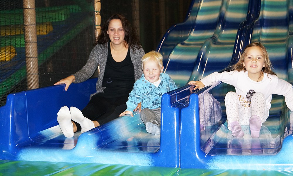 Hele familien måtte selvsagt være med å prøve ut lekeanlegget. Her har Fillip August (3) og Emma Oline (6) tatt med seg mamma på en av mange turer ned den lange sklia. Foto: Hans Olav Skillingstad Rørvik