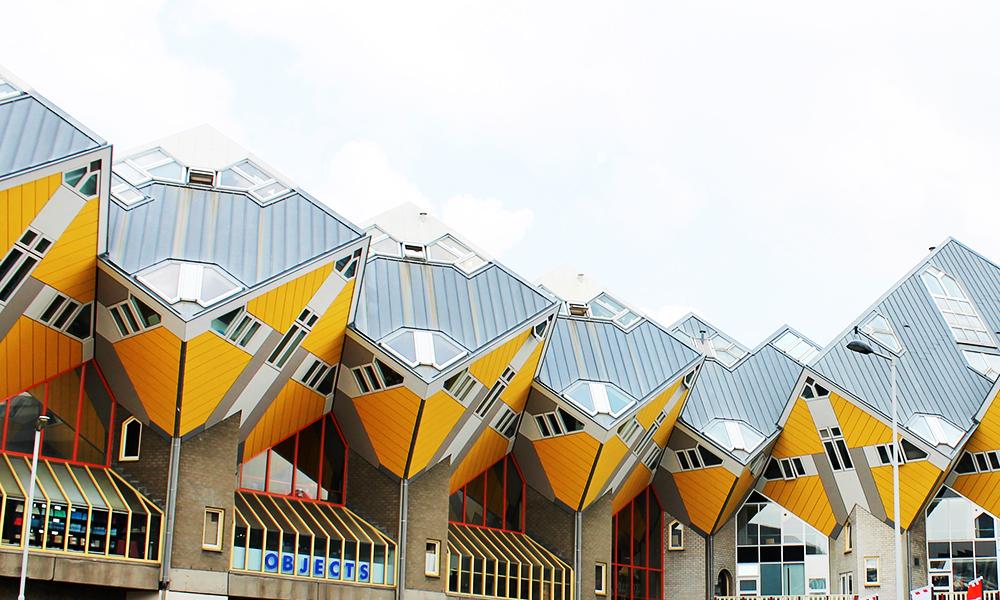 De velkjente gule kubehusene ble bygd på starten av 80-tallet av designeren Piet Blom, og var et av byens første synlige tegn på den arkitektoniske nytenkningen. I dag huser kubene blant annet et museum og hostell. Foto: Ida Anett Danielsen