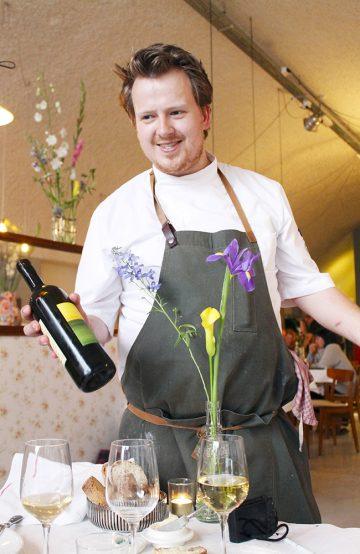 Jim de Jong (27) disker opp med ny meny hver dag i sin egen restaurant – og akkompagnerer det hele med god vin. Foto: Ida Anett Danielsen