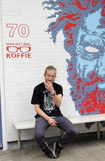 Hos Man met Bril Koffie bryr de seg ikke om vann og rennetid. I stedet måler barista Jacko van Dijke (25) kaffebønner på grammet og sørger for perfekt espresso hver gang. Foto: Ida Anett Danielsen