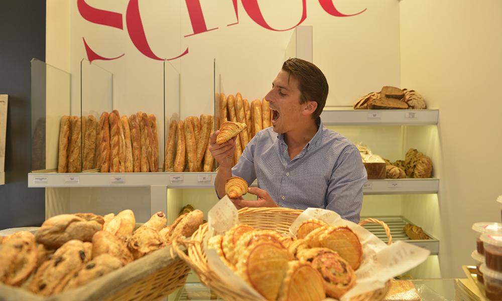 Også Guillaume unner seg en croissant i ny og ne. De må jo kvalitetssikres! Foto: Gjermund Glesnes