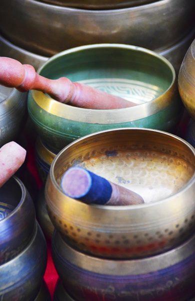Tibetanske syngeboller skaper vibrasjon som kan påvirke kroppen og dens chakraer. Foto: Mari Bareksten