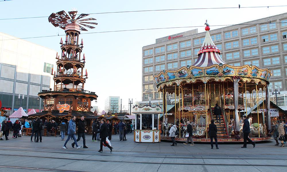 Markedet på Alexanderplatz er et av de mest hektiske og populære – med den store pyramiden som naturlig midtpunkt. Foto: Ida Anett Danielsen