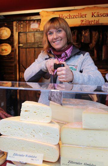 Nadja Liebetrau fra Østerrike kommer igjen år etter år for å selge ost og pølser på Gendarmenmarkt-markedet. Mest fordi det er så koselig. Foto: Ida Anett Danielsen
