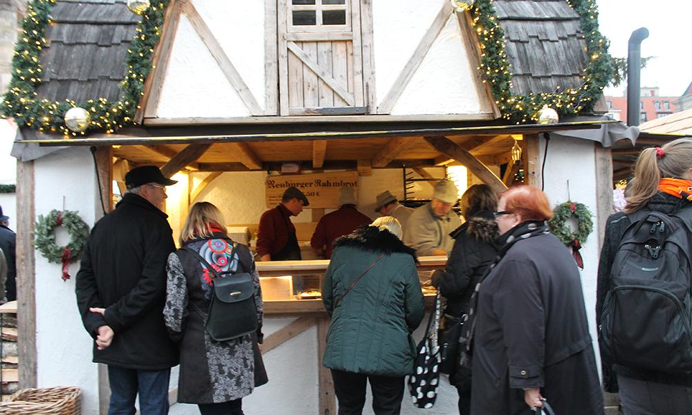 Det dufter godt på julemarked i Berlin. I mange av bodene baker de nystekte brød og kaker –og den tradisjonelle og myke pepperkaken «lebkuchen» er et must! Foto: Ida Anett Danielsen