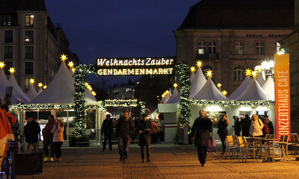 Gendarmenmarkt er det mest populære, og muligens aller vakreste, av Berlins julemarkeder. Og aller koseligst er det i skumringstiden og etter at mørket har lagt seg. Foto: Ida Anett Danielsen