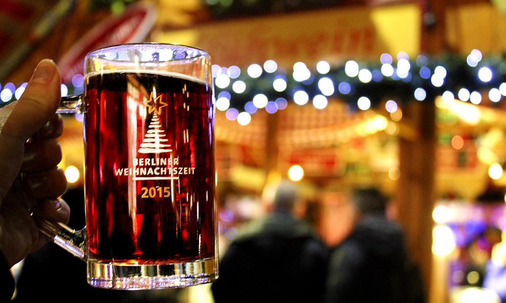 Glühwein – tyskernes svar på gløgg – varmer godt i vinterkulda. Glassmugga kan bli med hjem som souvenir. Foto: Ida Anett Danielsen