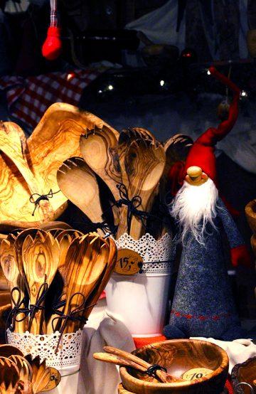 Det kryr av nisser, lys og annen julepynt i de mange koselige bodene på markedene. Her kan man gjøre noen gode shoppingkupp! Foto: Ida Anett Danielsen