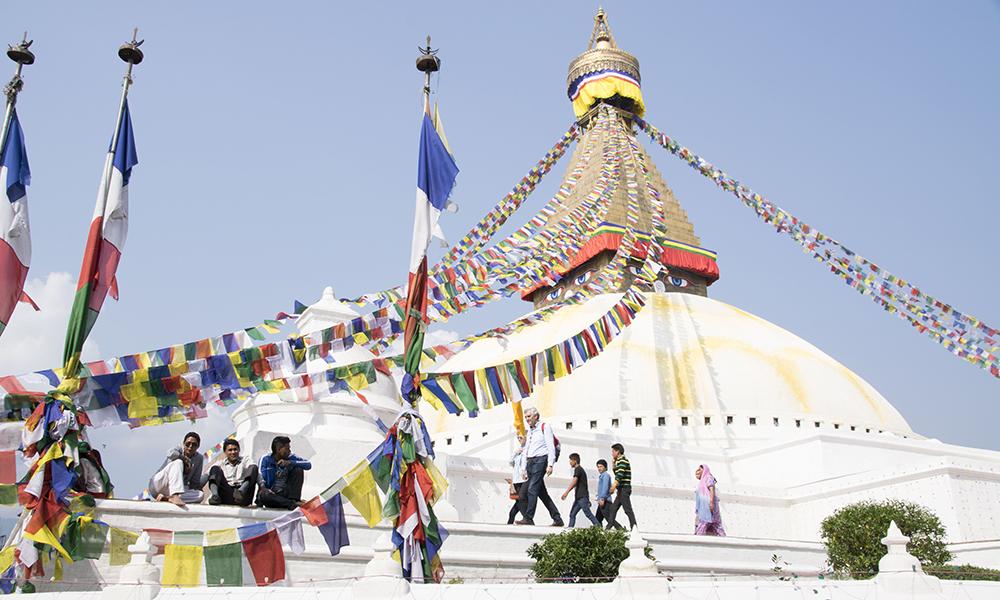 Stupaen Boudhanath er buddhistenes helligste sted utenfor Tibet. Etter at jordskjelvet lagde en sprekk i stupaen fant man ut at verdensarven trengte restaurering. Det er kun toppen som blir restaurert. Foto: Mari Bareksten