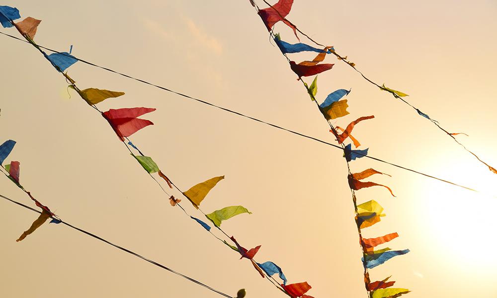 De fargerike bønneflaggene vaier i vinden ved Pashuputinath tempelet. Fargene symboliserer de fem elementene: himmel, vind, ild, vann og jord. Foto: Mari Bareksten