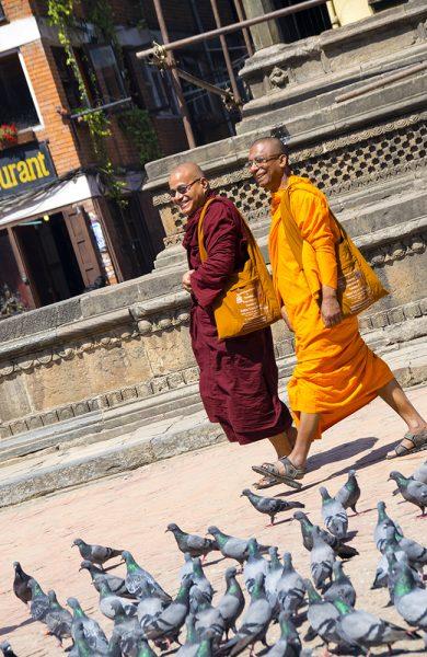 Blide munker på tur til tempelet. Foto: Mari Bareksten