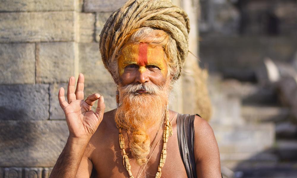 Pashupatinath er et av hinduismens helligste templer, og det er der mange hinduer kremeres, helst innen 24 timer. Radhe Baba Ramanandi kommer hit hver eneste dag. Foto: Mari Bareksten