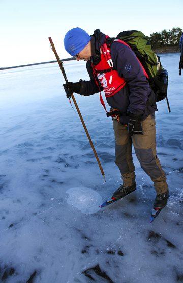 Riktig utstyrt med isbrodder og kasteline sjekker Edgar Barsjø at isen er trygg. Foto: Ida Anett Danielsen