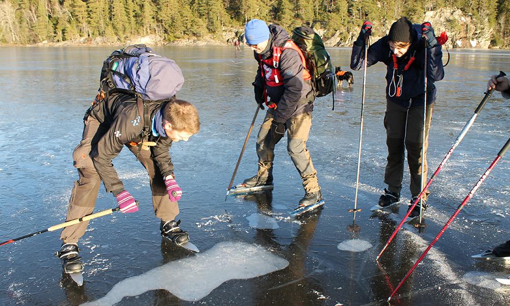 Isen både sjekkes og beundres underveis. Foto: Ida Anett Danielsen