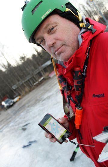 Nils-Jørgen Kraft oppdaterer andre skøyteentusiaster om dagens tur og isforhold via en app. Foto: Ida Anett Danielsen