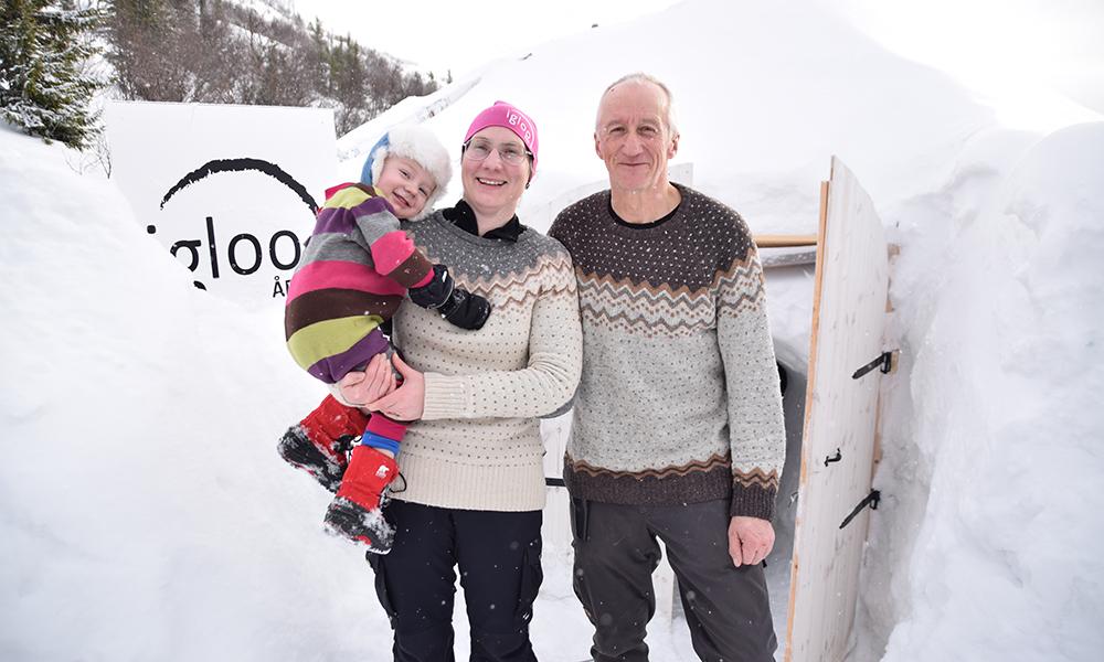 Ekteparet Håkan Hising (64) og Katarina Lidberg (39) åpnet iglohotellet i 2013, og har siden tatt imot gjester fra alle verdens hjørner. De har også arrangert flere bryllup, inkludert sitt eget. Foto: Mari Bareksten