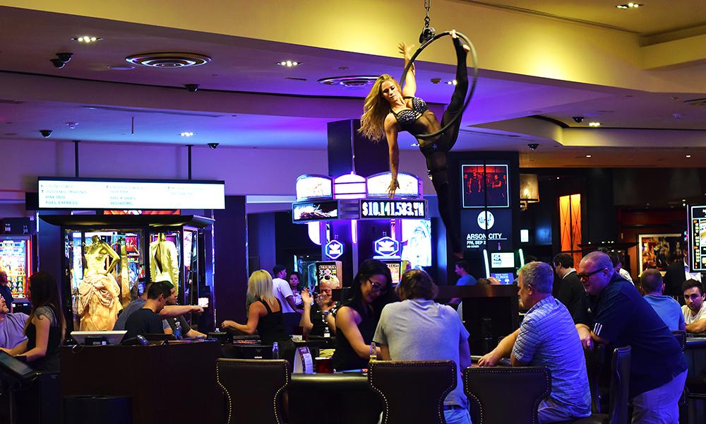 Lisa Varmbo Martonovich (31) pakket kofferten og flyttet til Las Vegas for seks år siden, og her føler hun seg hjemme blant andre artister og akrobater. Foto: Mari Bareksten
