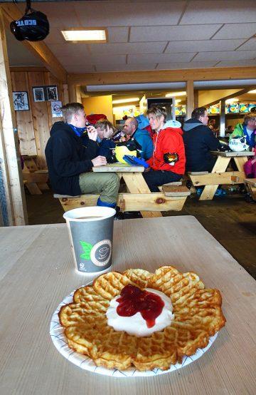 I bakkene er spiseutvalget ikke like lokalfokusert, med mye hamburgere og pommes frites. Men vafler, det er alltid godt. Foto: Torild Moland