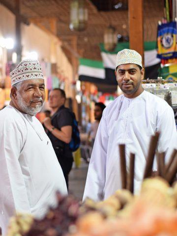 Bruk sansene i kryddersouken, som ligger i den gamle bydelen Deira. Hamud Zaid (54) er på kryddershopping med sønnen Mustafa Al Mahfudhi (30). Foto: Mari Bareksten
