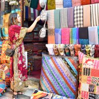 I hele januar er det shoppingfestival i Dubai, og tilbudet er stort og variert. Fra gigantiske kjøpesentre til sjarmerende markeder som den fargerike tekstilsouken. Foto: Mari Bareksten