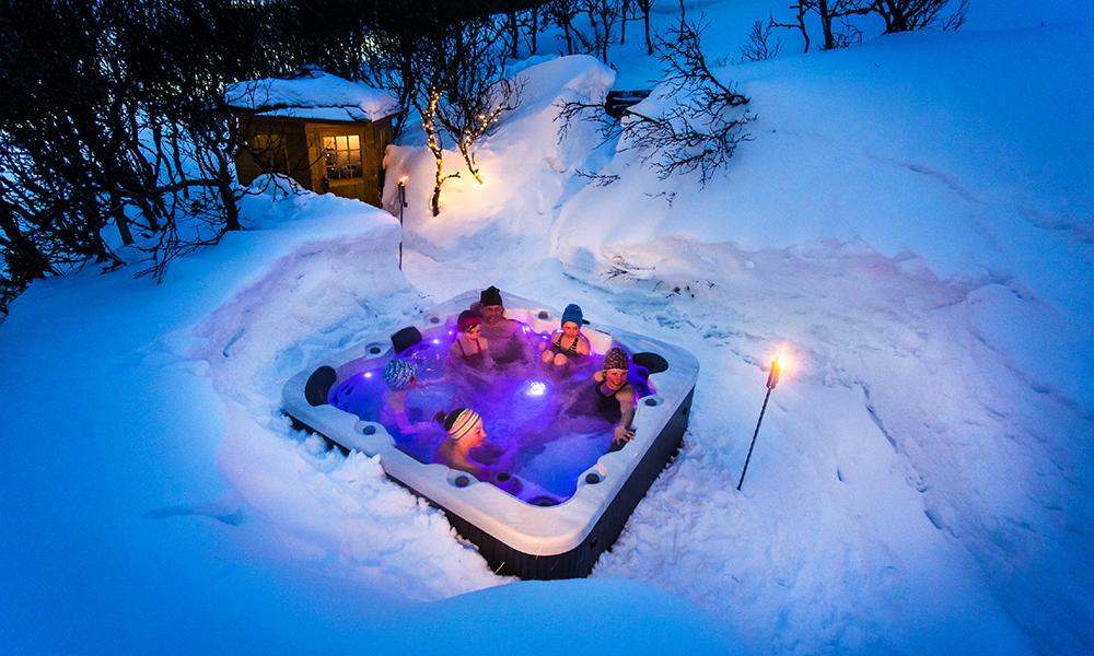 Det er viktig å legge seg varm, spesielt i en iglo! Derfor har ekteparet Håkan Hising (64) og Katarina Lidberg (39) satt opp to store boblebad som gjestene kan spa seg ned i før leggetid. Foto: Igloo Åre