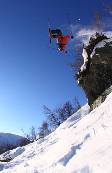 – Kanskje Norges beste skisted, mener lokalpolitiker og skientusiast Trygve Sande, her i en herlig backflip forrige helg. Foto: Tore Meirik/ Fri Flyt