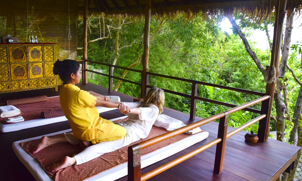 På det grønne og frodige velværesenteret kan du velge mellom ulike behandlinger. Fra klassisk thaimassasje, til hodemassasje og reiki. Resorten ble i fjor kåret til verdens beste destinasjonsspa av reisemagasinet Condé Nast. Foto: Mari Bareksten