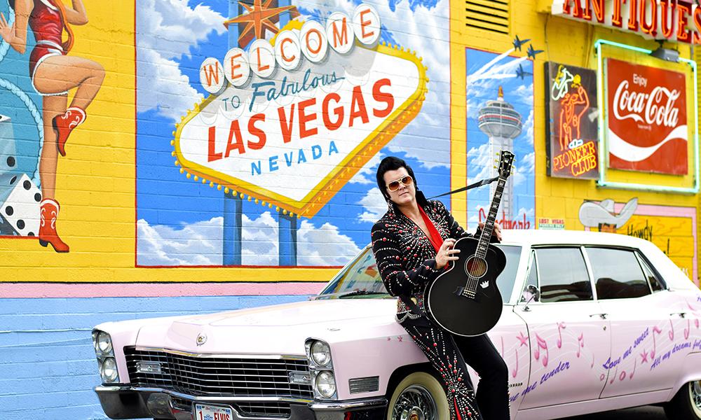 King of Rock'n Roll Brendan Paul (37) går på jobb utkledd som Elvis hver eneste dag. Foto: Mari Bareksten