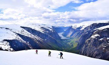Skituren er på sitt mest spektakulære når man møter de bratte sidene ned mot Simadalen, og når den hvite isbreen stuper ned i den grønne dalen mot Eidfjord. Foto: Mari Bareksten