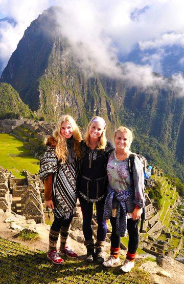 Ingrid Holtan Søbstad (23) nådde toppen i vår skrivekonkurranse. Her er hun flankert av de gode reisevenninnene Caroline Kiær (t.v) og Mia Kaels Kalleberg. Foto: Privat