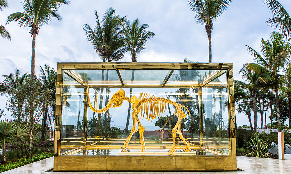 Etter at Art Basel etablerte seg i Miami har byen blitt mer kunstnerisk. Dette har smittet over på både hoteller og restauranter. Dette kunstverket av et ekte mammutskjelett signert Damien Hirst er å finne på hotellet Faena. Foto: Hotel Faena/ Damien Hirst