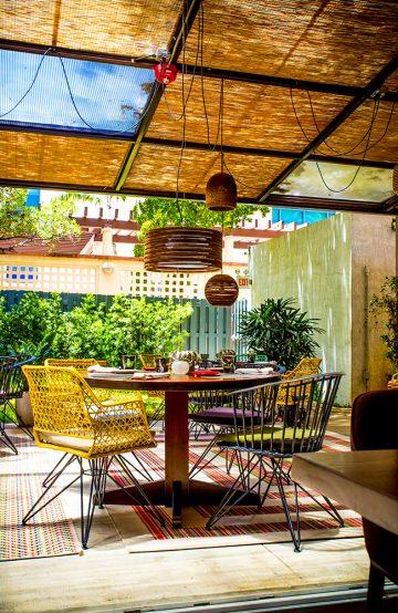 På restaurant Klima er maten inspirert av MIddelhavet og servert i en hjemmekoselig bakgård. Foto: KLIMA