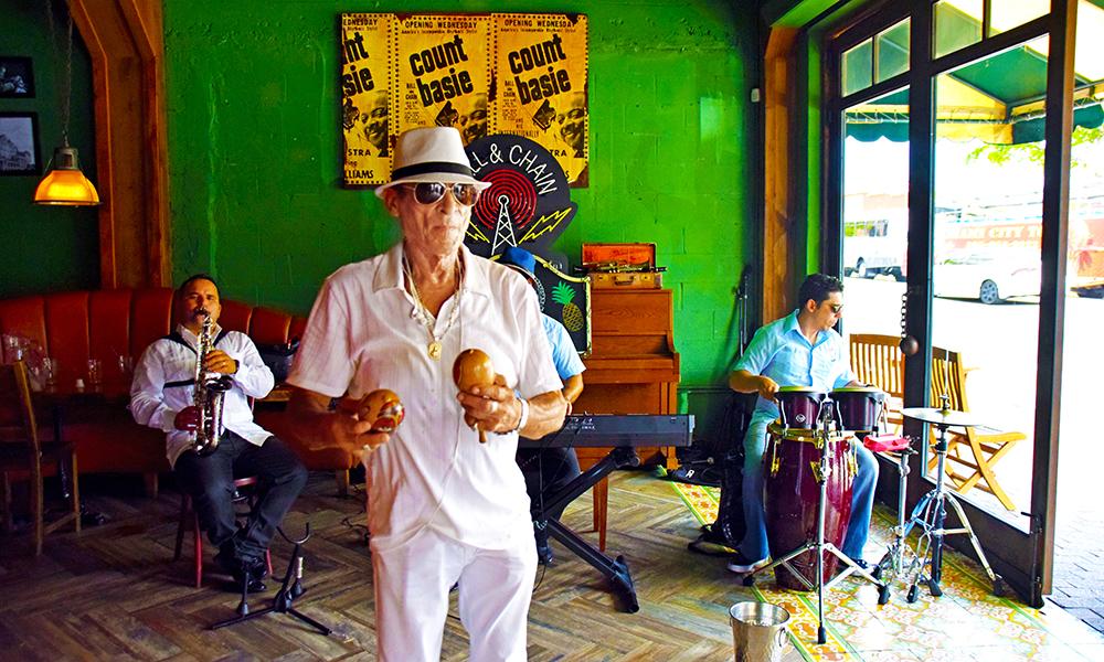 Hver bydel, sin sjarm. I Little Havana danser Larry Horesters (70) salsa – og det er bare å bli med! Foto: Mari Bareksten