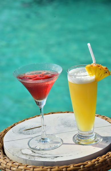Selv drinkene kommer i glade farger ute i Det indiske hav. Foto: Torild Moland