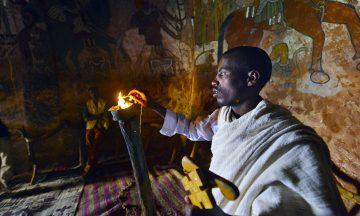 Aragawi Woldemaria tenner et talglys for å vise hulemaleriene i kirken Abuna Yemata Guh, som er en av de aller best bevarte i hele Tigray. Foto: Gjermund Glesnes