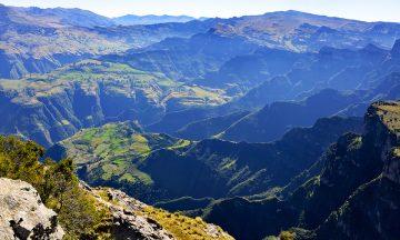 Flotte utsikter fins overalt i Simien-fjellene, men ingen steder er den like utrolig som ved Imeg Gogo. Landsbyene langt der nede likke like fullt også høyt til fjells! Foto: Gjermund Glesnes