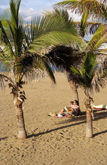 Det er mange gode grunner til å legge inn noen dager i Las Palmas, hvor du kan leve det gode strandliv midt i byen. Foto: Runar Larsen