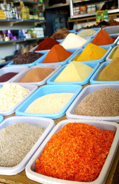 Fargerike krydderier på markedet i Aqaba by. Foto: Ida Anett Danielsen