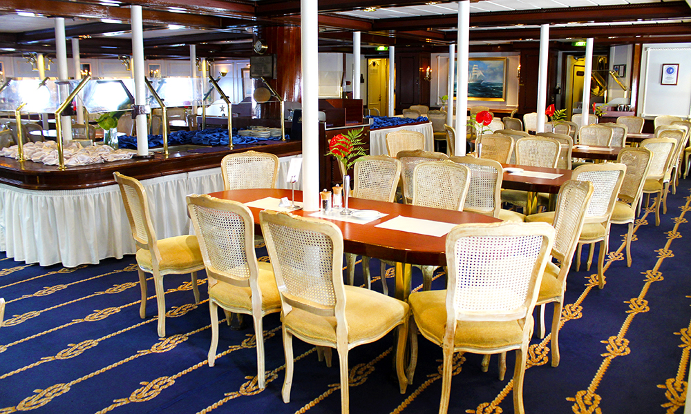 Det er bare en restaurant om bord, men den er til gjengjeld stor og flott. Foto: Ida Anett Danielsen