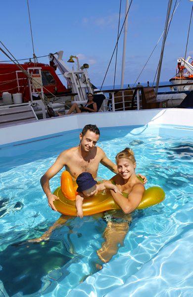 Den italienske familien Mori Corusso trives godt i bassenget, og er glade for at de valgte seilskipscruise fremfor de større skipene. Foto: Ida Anett Danielsen