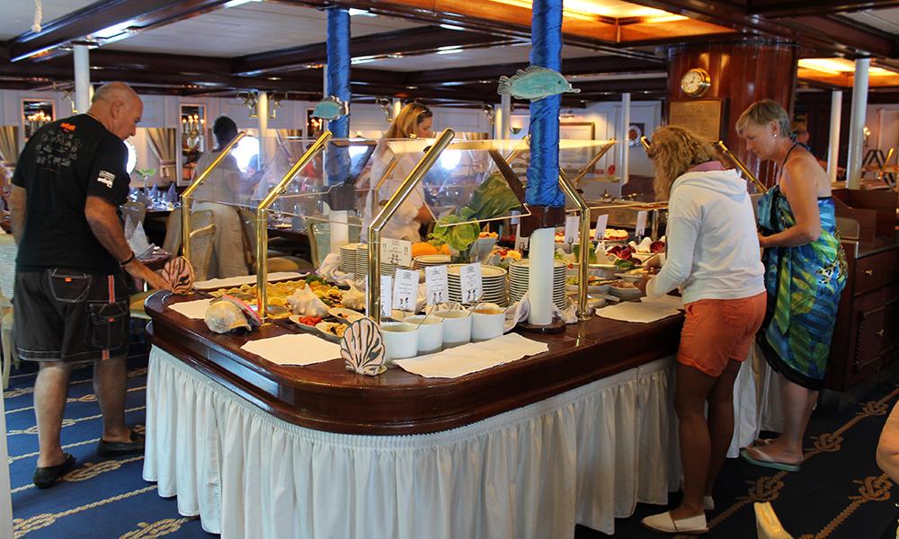 Til lunsj serveres det buffet, som endres fra dag til dag. Noen ganger er det italiensk tema, en annen sjømat. Foto: Ida Anett Danielsen